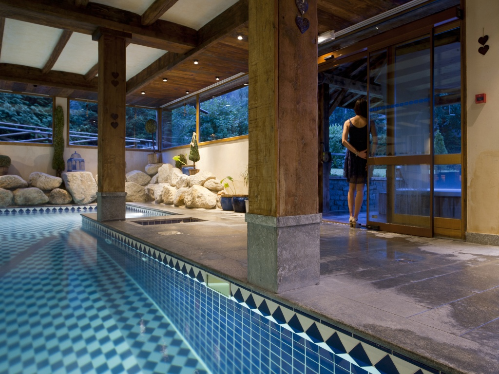 Chamonix hotel with swimming pool spa massage parlor for Swimming pool hotel
